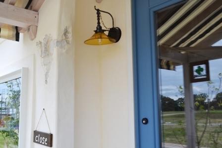 雑貨屋 入口 照明 オレンジ