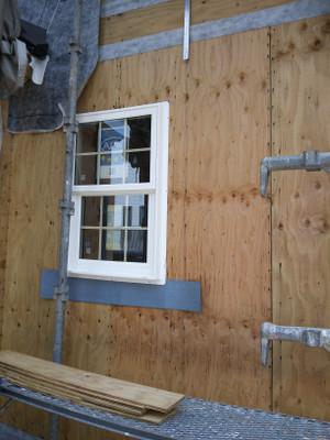 白い格子窓